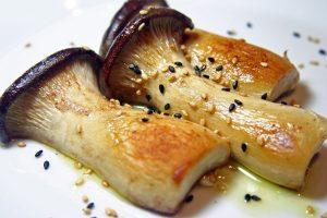 Pleurotes cuites et avec des graines de sésame et pavot